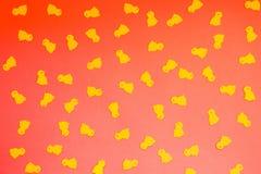 Żółci kurczaki na czerwonym pomarańczowym tle, Szczęśliwy Wielkanocny pojęcie, abstrakta wzór zdjęcie stock