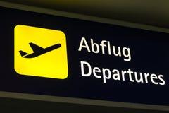 Żółci odjazdy podpisują wewnątrz niemiec i angielszczyzny fotografia stock