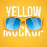 Żółci okulary przeciwsłoneczni na żółtym tle Zdjęcia Stock