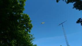 Żółci samolotowi opryskiwań pola w zachodnim Indiana zdjęcia royalty free