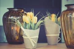 Żółci tulipany w garnku na stole obrazy stock