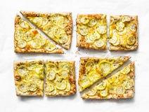 Żółci zucchini ptysiowego ciasta mini tarts na lekkim tle, odgórny widok Smakowita przekąska, tapas Obraz Royalty Free