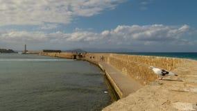 Żółta ściana z cegieł prowadzi latarnia morska i ochrania miasto od fal najeźdźc i, Chania obraz stock