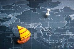 Żółta żaglówka na światowej mapy szpilce Porcelanowi kraje Biznes Fotografia Royalty Free