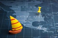 Żółta żaglówka na światowej mapy szpilce Porcelanowi kraje Biznes Obraz Royalty Free