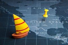 Żółta żaglówka na światowej mapy szpilce Porcelanowi kraje Biznes Obraz Stock