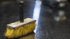 Żółta Cleaning miotła, praca pokój, tło plama zdjęcia stock