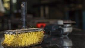 Żółta Cleaning miotła, praca pokój, tło plama zdjęcie stock