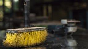 Żółta Cleaning miotła, praca pokój, tło plama zdjęcia royalty free