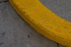Żółta farby linia na cement krzywie fotografia stock