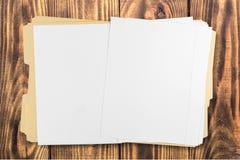 Żółta kartoteki falcówka z papierami odizolowywającymi Obraz Royalty Free