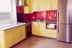 Żółta kuchnia z czerwonymi płytkami obrazy royalty free