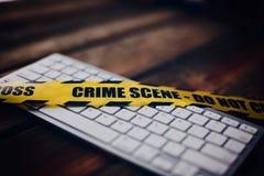 Żółta miejsce przestępstwa taśma na komputerowej klawiaturze Obrazy Stock