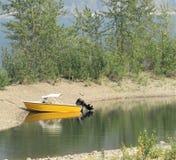 Żółta mikrus łódź na plaży BC obrazy royalty free