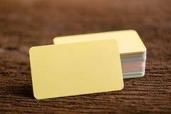 Żółta pusta biznesowa imię karta dla egzaminu próbnego up na drewnianym tle obraz stock