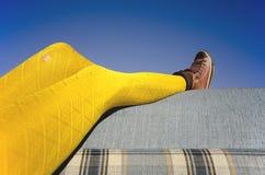 Żółta rajstopy kanapa zdjęcie royalty free