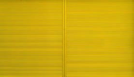 Żółta rolkowa żaluzja dla tło obraz stock