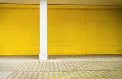 Żółta rolkowa żaluzja i bruk obrazy stock