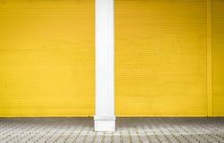 Żółta rolkowa żaluzja i bruk obraz royalty free