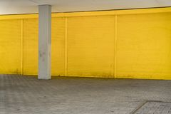 Żółta rolkowa żaluzja i bruk dla tło zdjęcia stock
