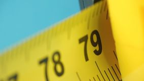 Żółta taśmy miara, rolka pomiarowa taśma zdjęcie wideo