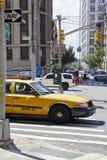 Żółta taksówka na skrzyżowaniu barwiarki aleja w piekła Kuchennym sąsiedztwie Manhattan obrazy stock