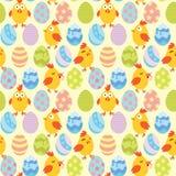 Żółta tapeta z żółtymi kurczakami w różnych pozach w kolorowych jajkach Stosowny dla Easter wzór wektor Fotografia Royalty Free