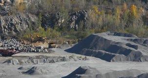 Żółta usyp ciężarówka jedzie w granitowym łupie, pracuje proces w granitowym łupie zdjęcie wideo