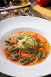 Żółta włoska minestrone polewka słuzyć z karmowymi składnikami zdjęcie royalty free