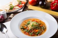 Żółta włoska minestrone polewka słuzyć z karmowymi składnikami zdjęcia royalty free