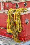 Żółte arkany na Czerwonym holowniku Obrazy Royalty Free