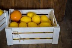 Żółte cytryny kłamają w drewnianym pudełku w kuchni fotografia royalty free