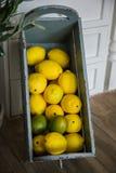 Żółte cytryny kłamają w drewnianym pudełku w kuchni zdjęcia stock