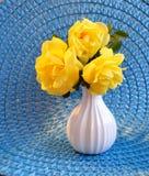 Żółte Floribunda róże na błękit macie Zdjęcia Stock