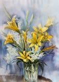 Żółte leluje w szklanej wazie zdjęcie stock