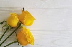 Żółte róże poślubia urodzinowego białego drewnianego tła dekoracyjnego miejsce dla teksta Fotografia Royalty Free