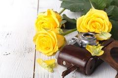 Żółte róże, zamykają up na bielu stole Zdjęcia Stock