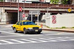 Żółte taxi taksówki przerwy przy zebry skrzyżowaniem zdjęcie royalty free