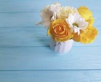 Żółtego świeżego różanego wazowego pojęcia tła ramy natury powitania dekoraci drewniany urodziny fotografia royalty free