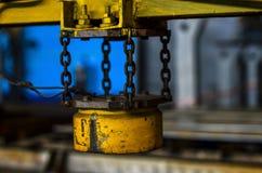 Żółtego metalu część zawieszająca na łańcuchu maszyna dla przetwarzać żelazne budowy zdjęcia royalty free