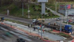 Żółtej budowy mobilnego żurawia teleskopowy rozładunkowy tramwaj ostro protestować od ciężarowego timelapse zbiory