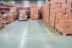 Żółtej linii przerwy pusta przestrzeń dla utrzymanie materiału pudełek lub produktów pudełek w magazynowym terenie zdjęcie stock
