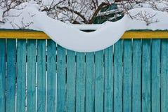 Żółtej zieleni drewniany ogrodzenie pod białym śniegiem Zdjęcie Stock
