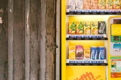 Żółty automat i żaluzja w Hong Kong zdjęcie royalty free