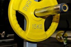 Żółty barbell talerz z inskrypcją 15 kg Obrazy Royalty Free