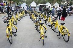 Żółty bicykl dla podróżników ludzi dzierżawi jechać na rowerze wycieczkę turysyczną wokoło uderzenia Mod festiwalu Zdjęcie Stock
