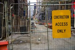 Żółty budowa dostępu tylko znak dołączający ogrodzenie obraz royalty free