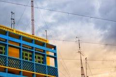 Żółty budynku, radia słup i Zdjęcie Royalty Free