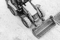 Żółty buldożer, ładowniczy żwir dla budowy drogi czarny white zdjęcia royalty free