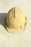 Żółty ciężki kapelusz brudny na podłoga fotografia stock